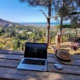 Praca zdalna w podróży – co warto ze sobą zabrać?