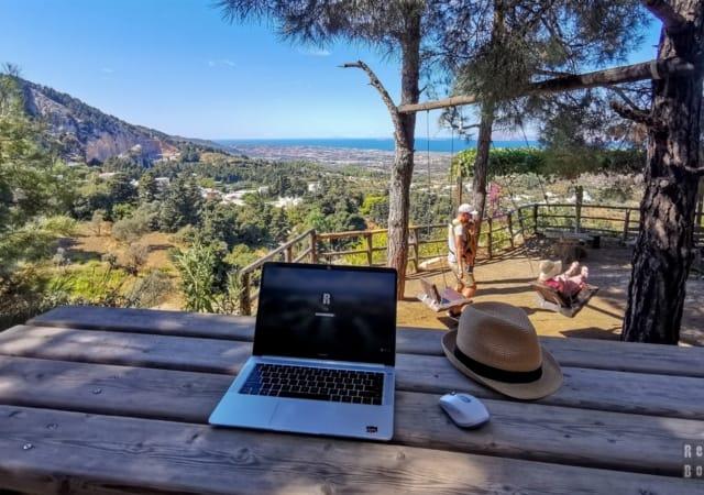Praca zdalna w podróży - co warto ze sobą zabrać?